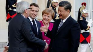 Le président de la Commission européenne Jean-Claude Juncker, le président français Emmanuel Macron, la chancelière allemande Angela Merkel et le président chinois Xi Jinping se sont réunis mardi 26mars à l'Élysée.