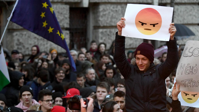 Un estudiante sostiene un cartel con un emoticon enojado para protestar contra la política de educación del Gobierno, cerca del edificio del Parlamento, en Budapest, Hungría, el 19 de enero de 2018.