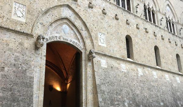La façade du Palazzo Salimbeni, le siège historique de la Monte dei Paschi à Sienne.