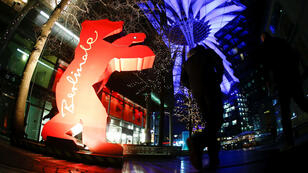 Peatones frente a la escultura que simboliza la mascota del Festival Internacional de Cine de Berlín, Berlinale, en Berlín, el 5 de febrero de 2019.