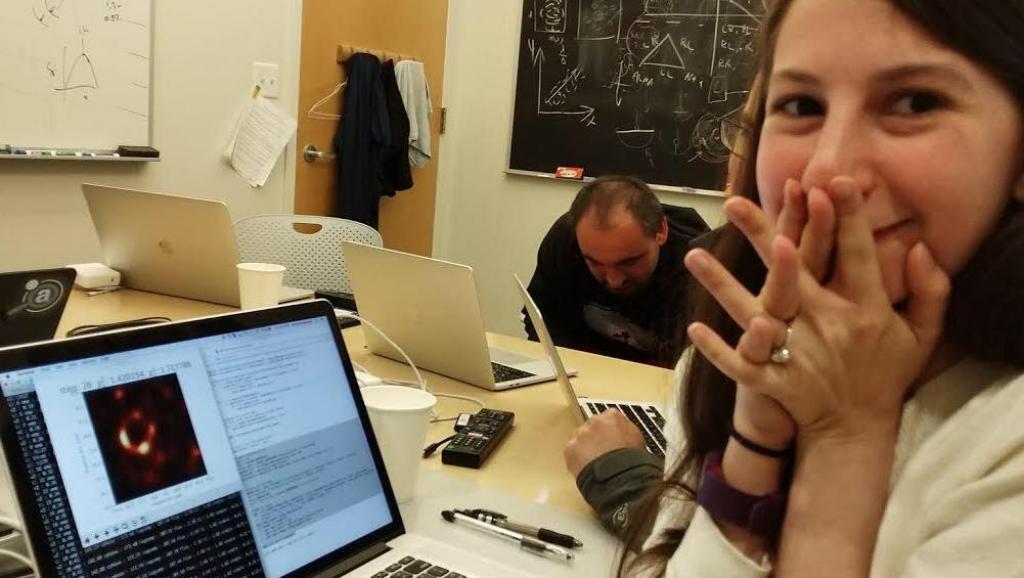 Katie Bouman observando la primera imagen que se logra de un agujero negro.