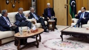 Les ambassadeurs d'Espagne, du Royaume-Uni et de France sont reçus par un membre du gouvernement d'union à Tripoli, le 14 avril.