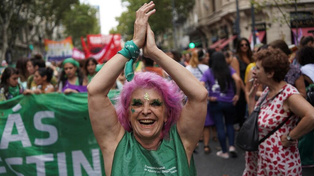 Una mujer participa en una manifestación en apoyo de la huelga mundial de mujeres y contra la violencia de género en Buenos Aires, Argentina, 9 de marzo de 2020.