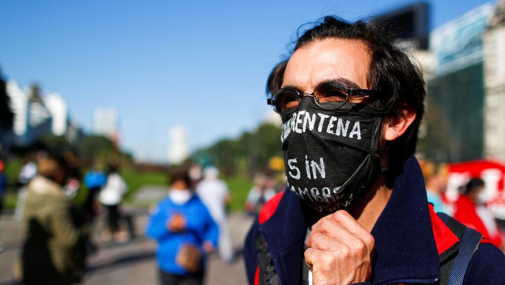 Estos manifestantes protestaron en Buenos Aires, Argentina, el 13 de mayo de 2020 para pedir más recursos para la población vulnerable durante la pandemia del Covid-19.