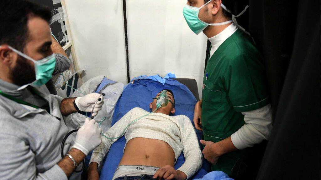 Un homme hospitalisé après une attaque au gaz à Alep (photo fournie par l'agence syrienne d'État Sana et que Reuters n'a pu vérifier de manière indépendante).