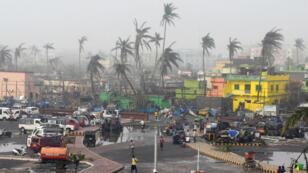 Edificios dañados por el paso del ciclón Fani y las palmeras en Puri, en el estado oriental de Odisha, India, el 4 de mayo de 2019.
