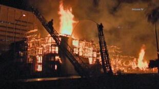 À Los Angeles, un incendie a ravagé un bâtiment résidentiel de sept étages en cours de construction.