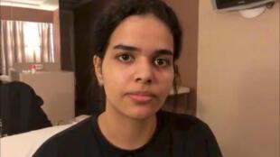 Rahaf Mohammed Al-Qunun, la joven saudita que viajó a Tailandia para huir de su familia, en su habitación de hotel en el aeropuerto de Bangkok, el 7 de enero de 2019.