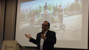 Uno de los expositores de la feria de negocios habla en el primer día del congreso internacional de cannabis medicinal en Cartagena, Colombia, el 9 de mayo de 2019.