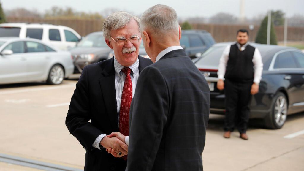 El Secretario de Defensa de Estados Unidos, James Mattis, saluda a John Bolton, quien asumirá como Asesor de Seguridad Nacional, cuando llegó al Pentágono en Washington. Marzo 29 de 2018.