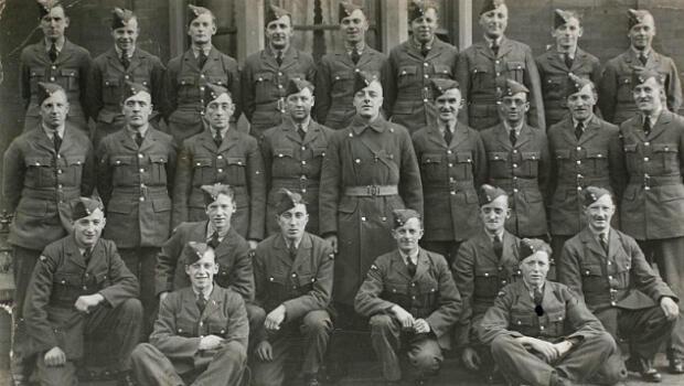 Le jeune Wilfred Smith avant de partir pour la guerre (le premier en bas à droite)