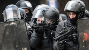 """شرطي فرنسي خلال احتجاجات """"السترات الصفراء"""" في باريس"""