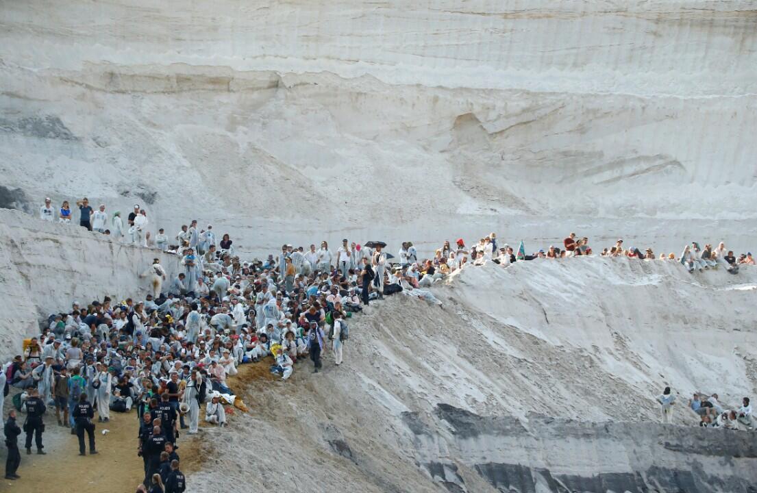 Activistas medio ambientales se manifiestan en uno de los pozos de la mina de carbón a cielo abierto de Garzweiler durante una protesta contra el cambio climático. Dusseldorf, Alemania , 22 de junio de 2019.