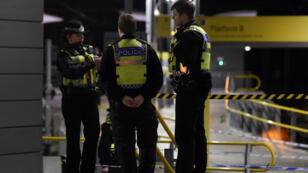Des policiers postés autour du cordon de sécurité où s'est déroulé l'attaque au couteau à Manchester, au Royaume-Uni, dans la nuit du 31 décembre 2018.