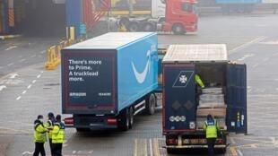 Funcionarios aduaneros revisan los camiones de carga y vehículos pesados después de desembarcar del ferry Stena Line 'Kerry', tras su llegada desde Dunquerque, Francia, al puerto de Rosslare Harbour en Rosslare, sureste de Irlanda, el 27 de enero de 2021.