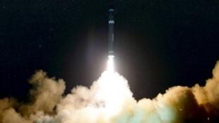 """صورة وزعتها وكالة الأنباء الرسمية الكورية الشمالية لصاروخ """"هواسونغ -15"""" البالستي العابر للقارات"""