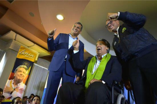 À droite de l'image, Jorge Blas, le vice-président de l'Équateur accusé de corruption. À ses côtés, Lenin Moreno, le président du pays (centre) et Rafael Correa (gauche).