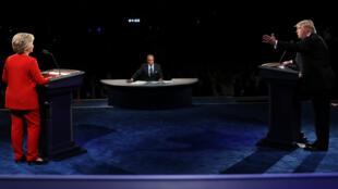 المرشحان للبيت الأبيض هيلاري كلينتون ودونالد ترامب خلال أول مناظرة بينهما، في 2016/0926.