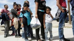 Migrantes centroamericanos hacen cola antes de ingresar a un refugio temporal, después de cruzar ilegalmente la frontera entre México y Estados Unidos, en Nuevo México, Estados Unidos, el 16 de mayo de 2019.