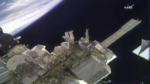 Des astronautes de la NASA installent des caméras vidéo sur la Station spatiale internationale, le 14 juin 2018.