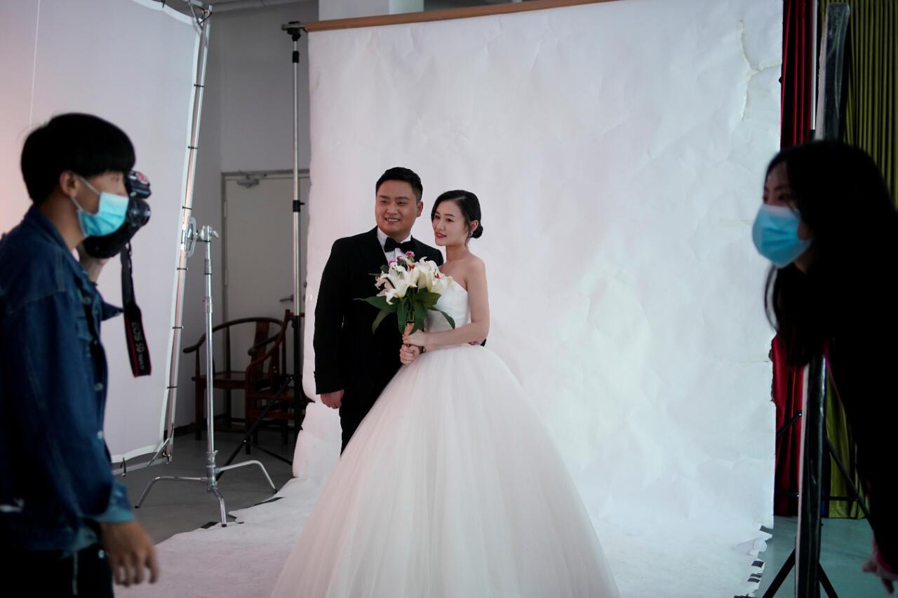 Peng Jing, de 24 años, y Yao Bin, de 28, posan para la sesión de fotos de su boda después de que se levantó el encierro en Wuhan , capital de la provincia de Hubei y el epicentro de China del nuevo brote de la enfermedad del coronavirus (COVID-19), 15 de abril de 2020. Imagen tomada el 15 de abril de 2020.