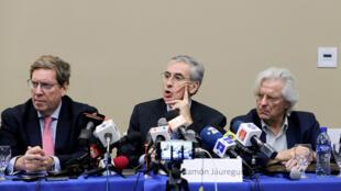 """Ramón Jáuregui, diputado español del Parlamento Europeo junto a los eurodiputados Gabriel Mato y Javier Nart, en la conferencia de prensa en Managua en la que afirmaron que la tesis de un golpe de Estado en Nicaragua es """"especulativa, partidista"""" y carece de sustento."""