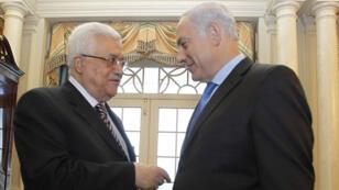 Poignée de mains entre Mahmoud Abbas et Benjamin Netanyahou, le 2 septembre 2010, au département d'État américain à Washington.