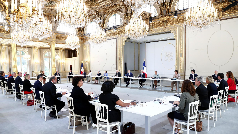 El presidente francés Emmanuel Macron, el primer ministro francés Jean Castex y los miembros del nuevo gobierno asisten a su primer consejo de ministros en el Palacio del Elíseo en París, Francia, el 7 de julio de 2020.