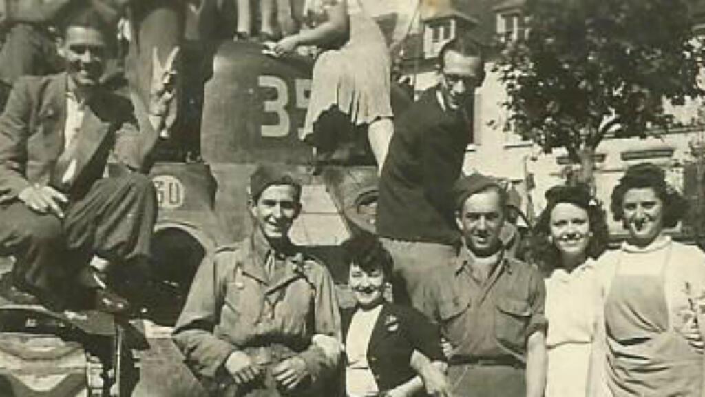 Lucien Matron en août 1944 lors de la Libération de Paris (le premier soldat à partir de la droite)