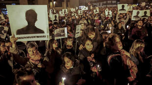 """Los colombianos sostienen velas y letreros que dicen """"Ni muerto más"""" mientras protestan contra el asesinato de líderes sociales en la plaza Bolívar en Bogotá el 6 de julio de 2018. La ONU instó al jueves al gobierno colombiano a reforzar las medidas de seguridad de los activistas un día después de que la Defensoría del Pueblo informó que 311 líderes sociales y activistas de derechos humanos fueron asesinados entre el 1 de enero de 2016 y el 30 de junio de 2018."""