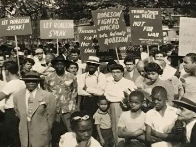Rassemblement de soutien à Paul Robeson devant le Radio City Hall de New York, organisé par le Harlem Trade Union Council en mars1950.