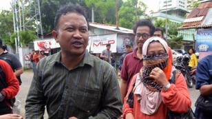 La femme d'un condamné et son avocat quittent la prison de Nusa Kambangan à Cilacap, en Indonésie.