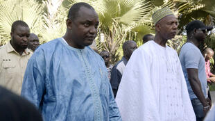 Le président élu de Gambie Adama Barrow, entouré de ses soutiens, le 13 décembre 2016, dans un hôtel de Banjul, en Gambie.