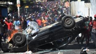 Une voiture sert de barricade lors d'une manifestation à Port-au-Prince, le 12 février 2019.
