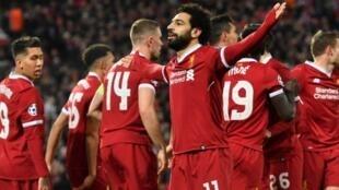 النجم المصري محمد صلاح يحتفل بافتتاح التسجيل لفريقه ليفربول ضد مانشستر سيتي في 4 نيسان/أبريل 2018
