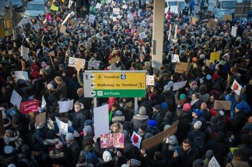 مظاهرة في مطار كينيدي ضد قرار ترامب منع رعايا دول إسلامية من السفر إلى الولايات المتحدة