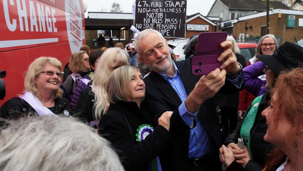 Laboristas con su líder, Jeremy Corbyn, haciendo campaña en Renishaw, el 25 de noviembre de 2019.