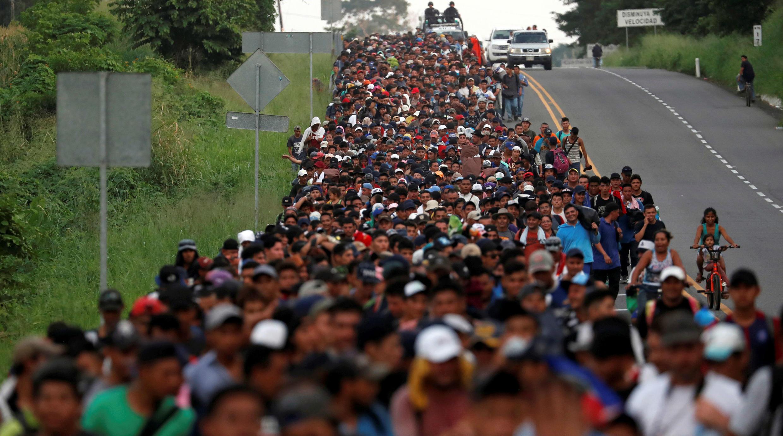 Parte de una caravana de migrantes salvadoreños camina por la carretera que de Ciudad Hidalgo conduce hasta Tapachula. México. 2 de noviembre de 2018.