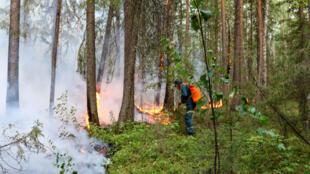 Un bombero ruso trabaja para extinguir un incendio en Siberia, cerca de la ciudad de Yugorsk, el 15 de julio de 2020