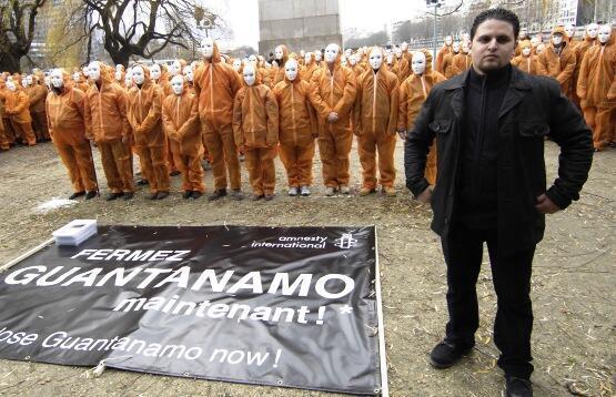 L'ancien détenu de Guantanamo Mourad Benchellali pose avec des activistes d'Amnesty International, le 6 janvier 2007 à Paris, pour demander la fermeture du centre détention de Guantanamo.