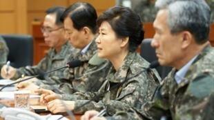 الرئيسة بارك غوين-هيه خلال زيارة لمقر القيادة العسكرية في يونجين في 21 آب/أغسطس 2015
