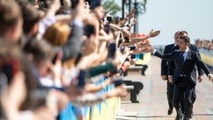 El presidente electo de Ucrania, Volodímir Zelenski, saluda a sus partidarios mientras camina para tomar el juramento antes de su ceremonia de inauguración en Kiev, Ucrania el 20 de mayo de 2019.