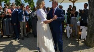 بوتين يراقص وزيرة خارجية النمسا كارين كنيسل خلال حفل زفافها، 18 آب/أغسطس 2018.