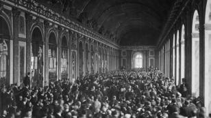 Les délégations signant le traité de Versailles, dans la galerie des Glaces.