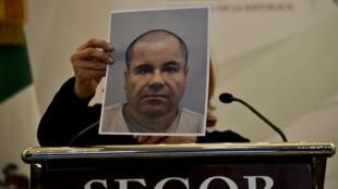 """La procureure Arely Gomez montre un portrait de Joaquin """"El Chapo"""" Guzman sans moustache et le crâne rasé."""