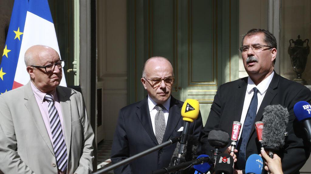 Le ministre de l'Intérieur, Bernard Cazeneuve, entouré d'Anouar Kbibech (à dr.) et Abdallah Zekri, président et secrétaire général du CFCM.