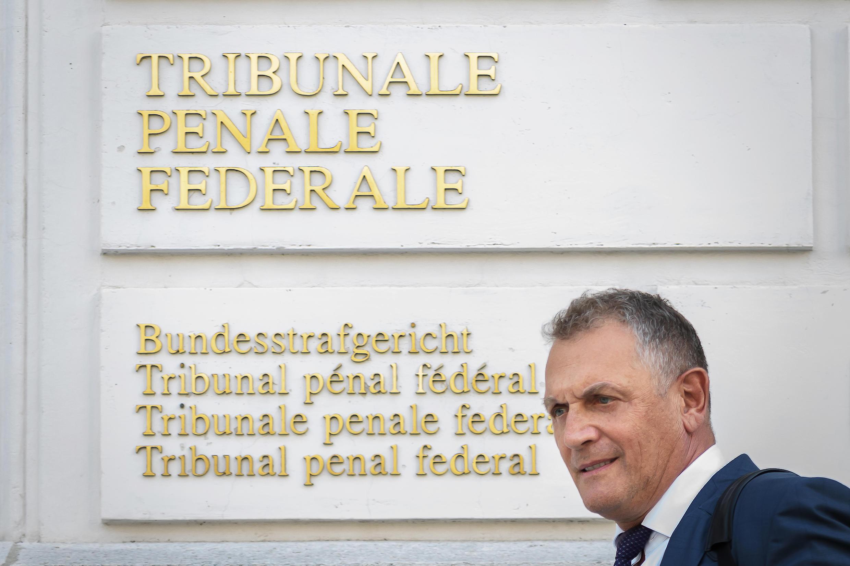 L'ex-secrétaire général de la Fifa, Jérôme Valcke (c), à sa sortie du Tribunal pénal fédéral, à Bellinzone en Suisse, le 14 septembre 2020