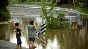 مياه الفيضانات تغمر طريقا في بينليه في 2 نيسان/أبريل 2017