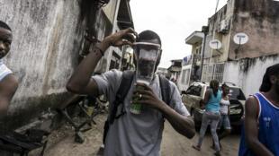 Un Congolais porte un masque à gaz, le 26 février 2018 à Kinshasa, lors des marches contre le président Joseph Kabila.