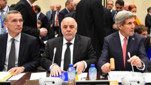 Le secrétaire général de l'OTAN Jens Stoltenberg, le secrétaire d'État américain John Kerry , et le premier ministre irakien  Haider al-Abadi, à Bruxelles, le 3 décembre.